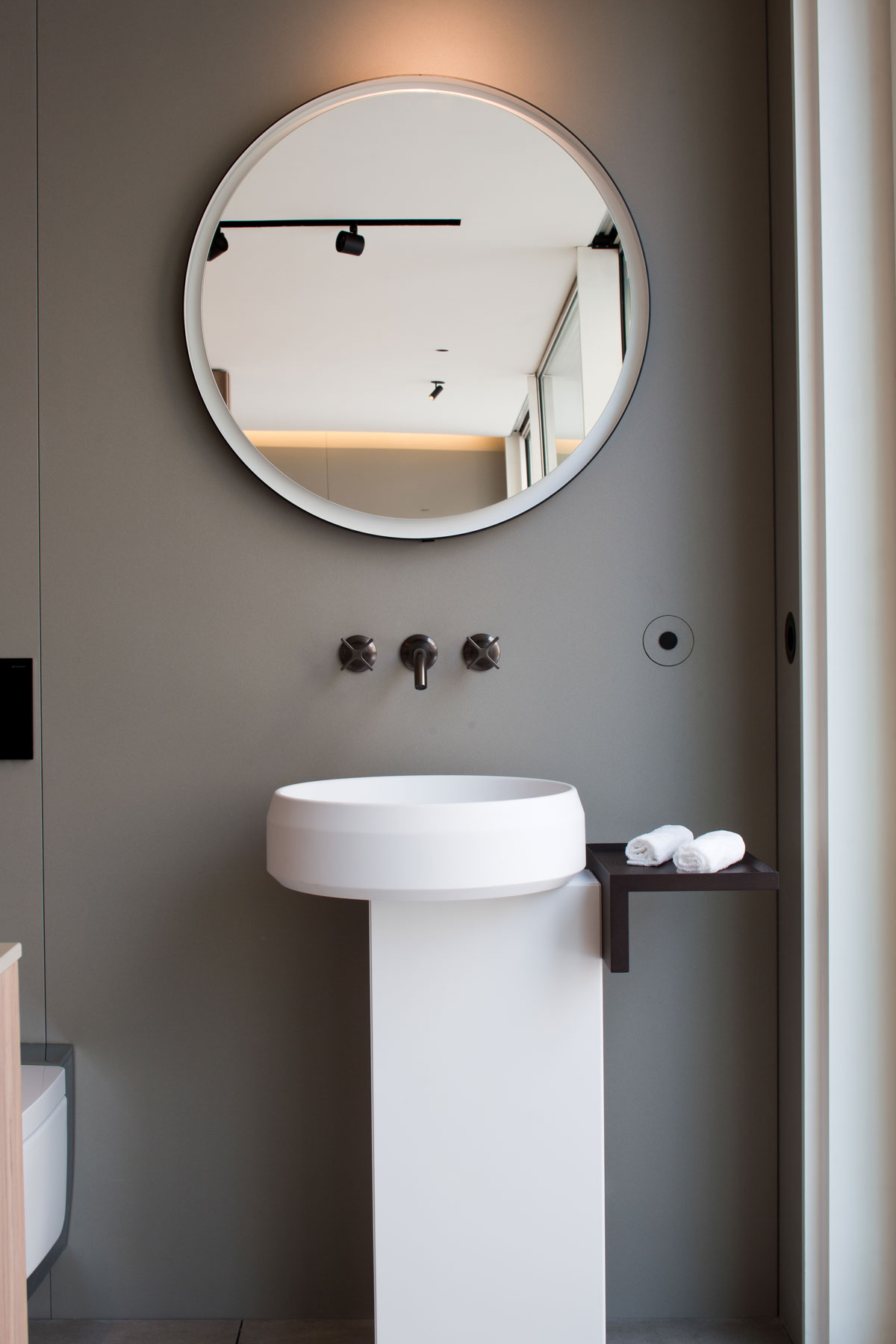 sivá kúpeľňa kameň