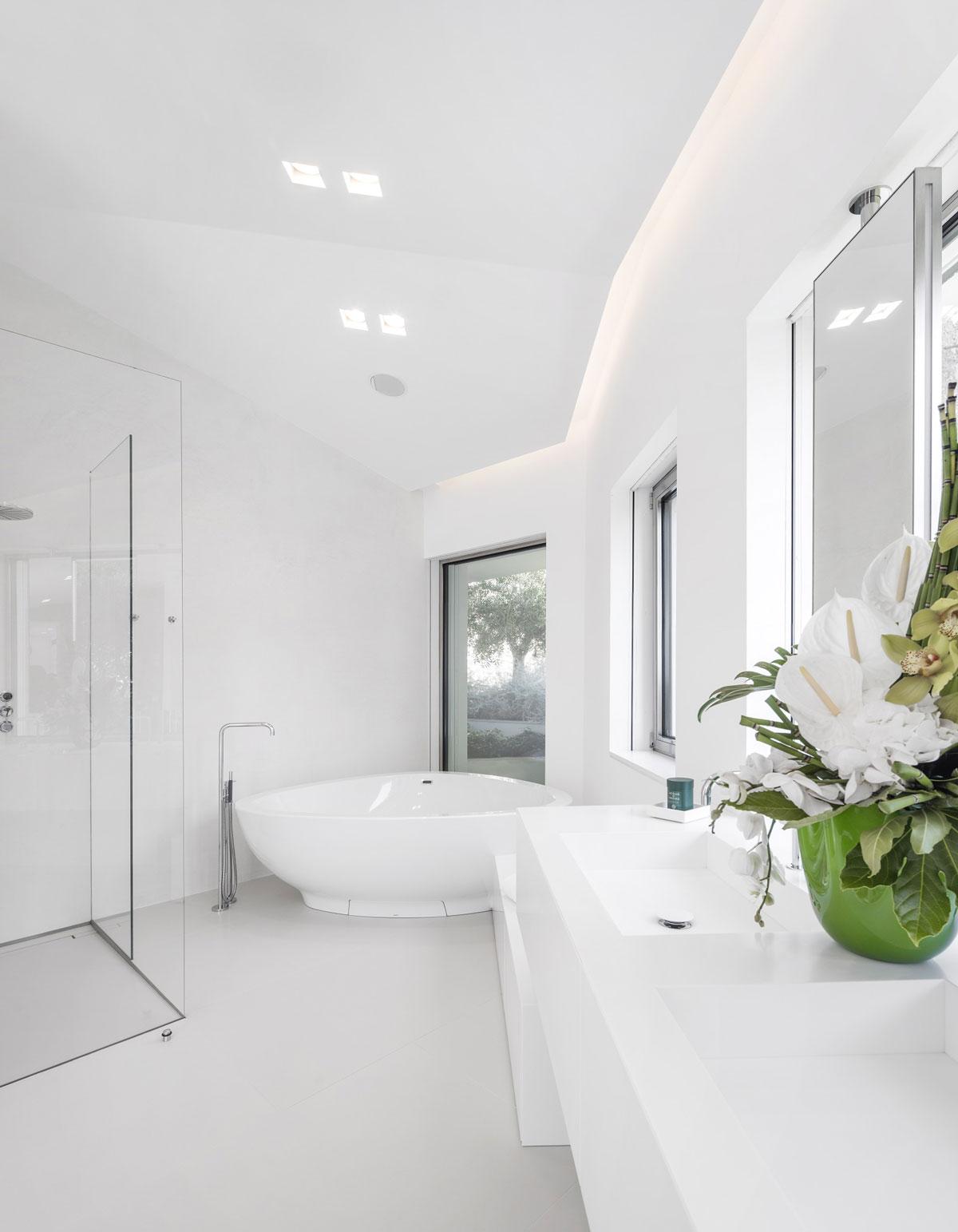 luxusná biela kúpeľňa kameň