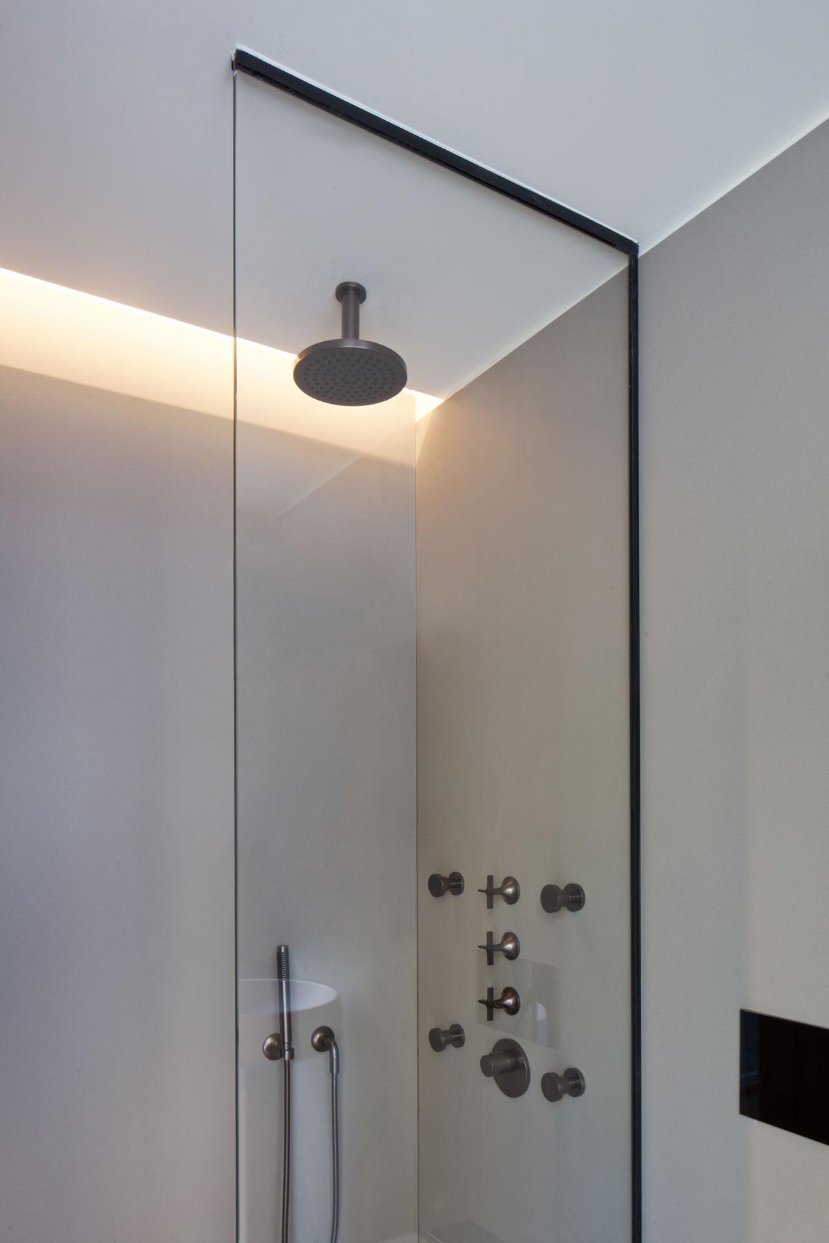 obklad sprchy z kameňa