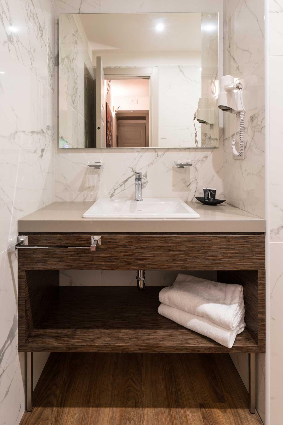 kúpeľňový kamenný obklad