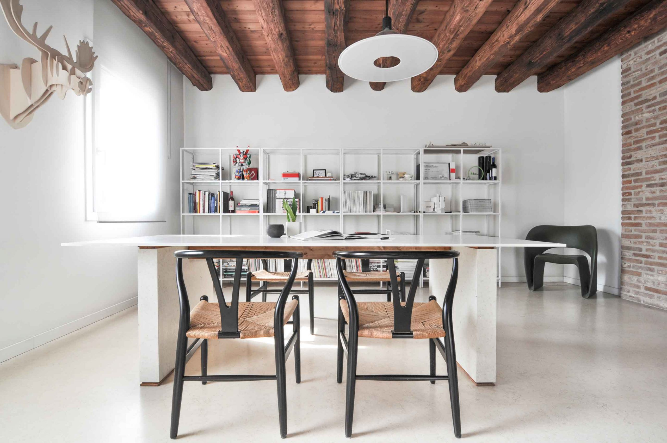 interiérový stôl bledý kameň