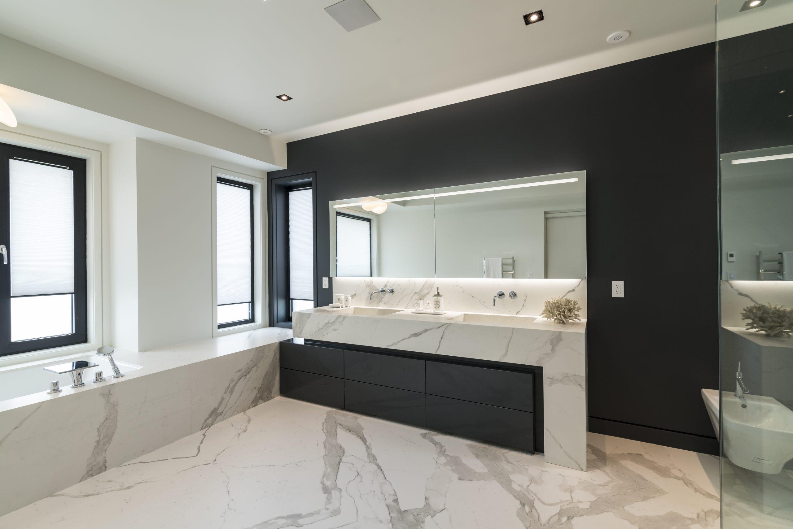 kamenná kúpeľňa s kresbou bledá