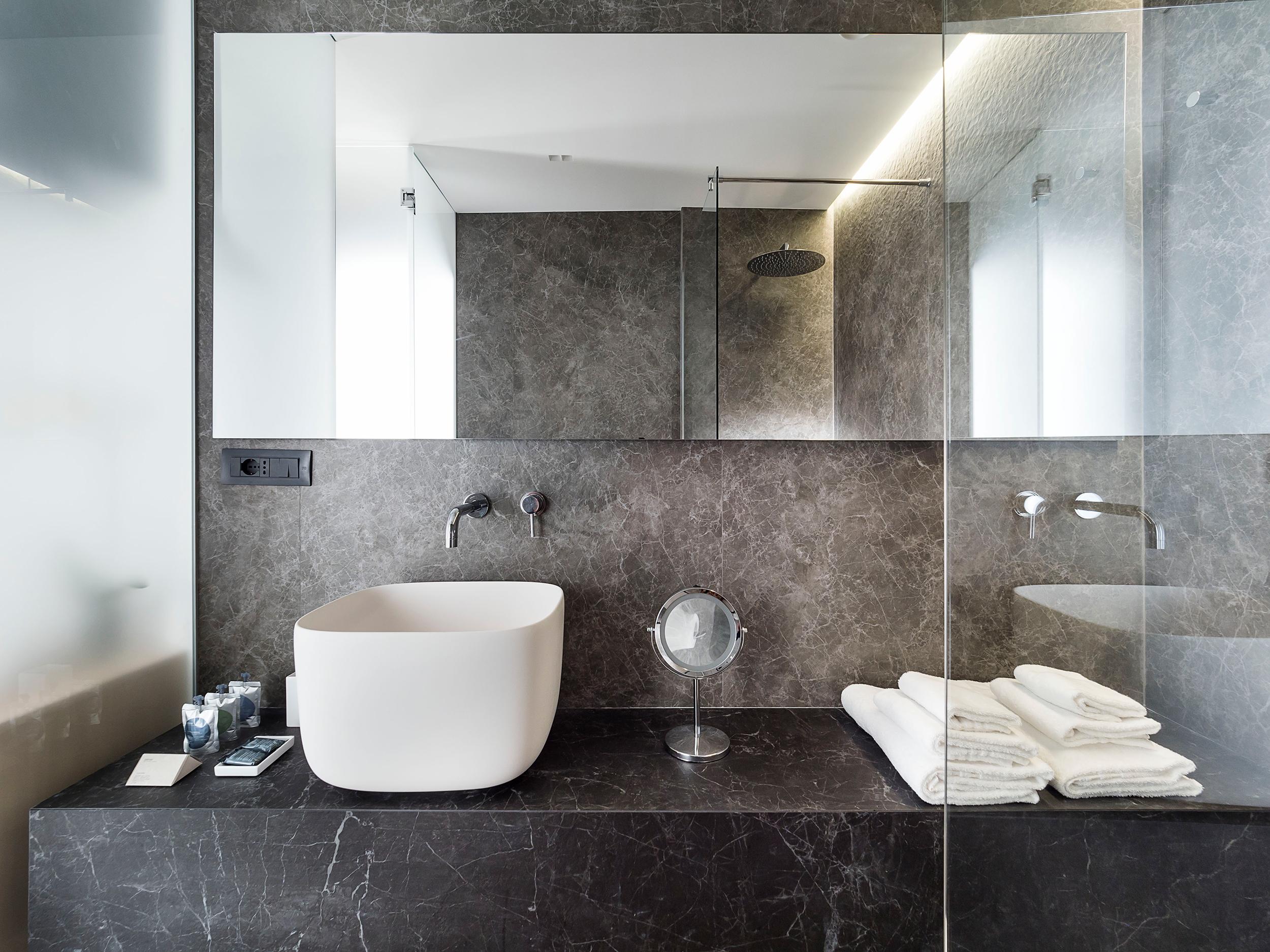 kamenná kúpeľňa s kresbou sivá