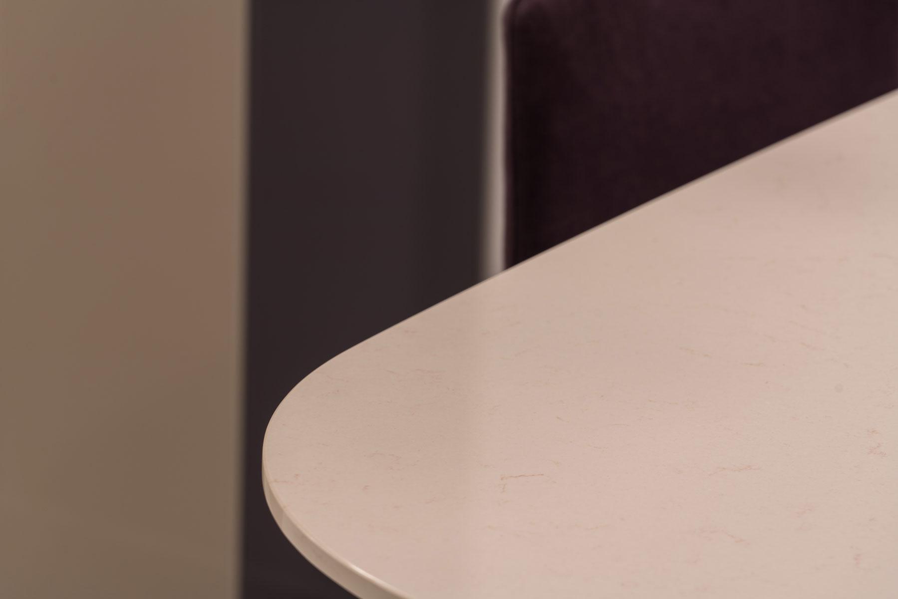 detail kamenného stolu