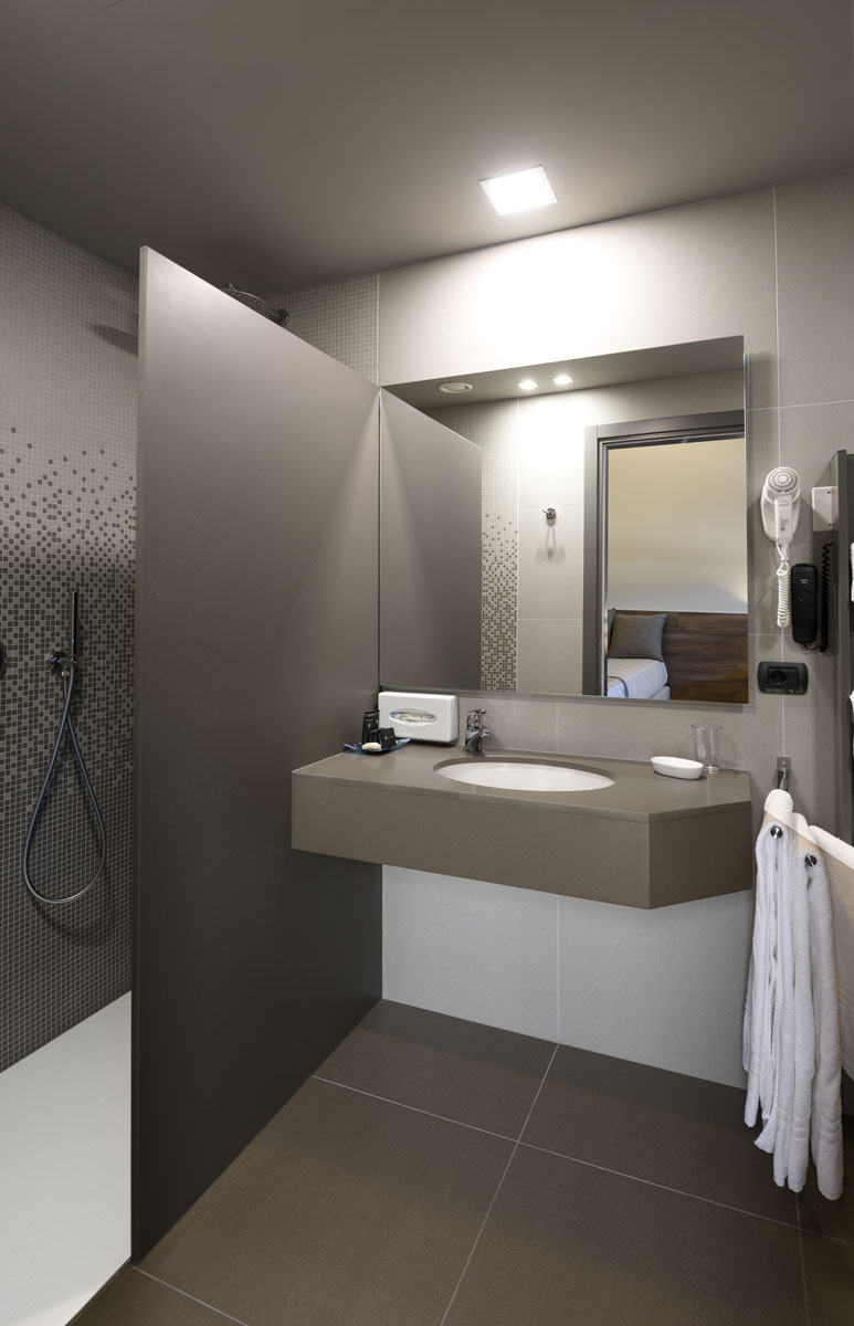 sivá kamenná kúpeľňa