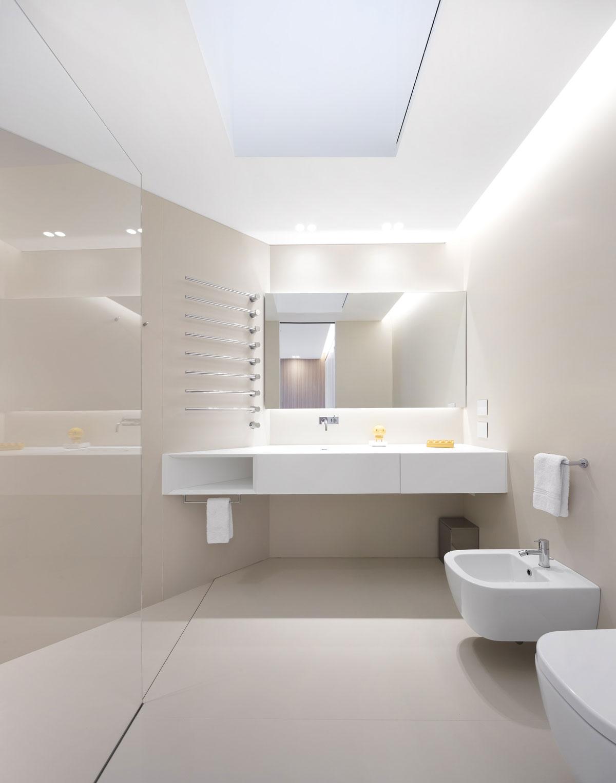 bledá kamenná sprcha