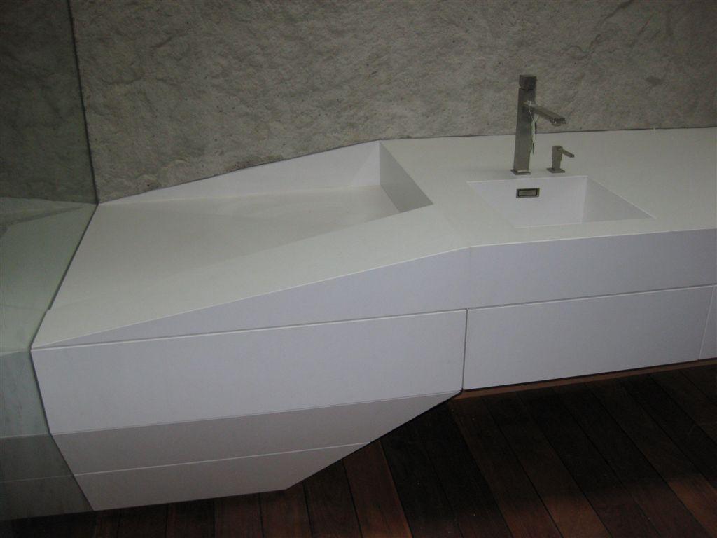 doska s umývadlom biely kameň