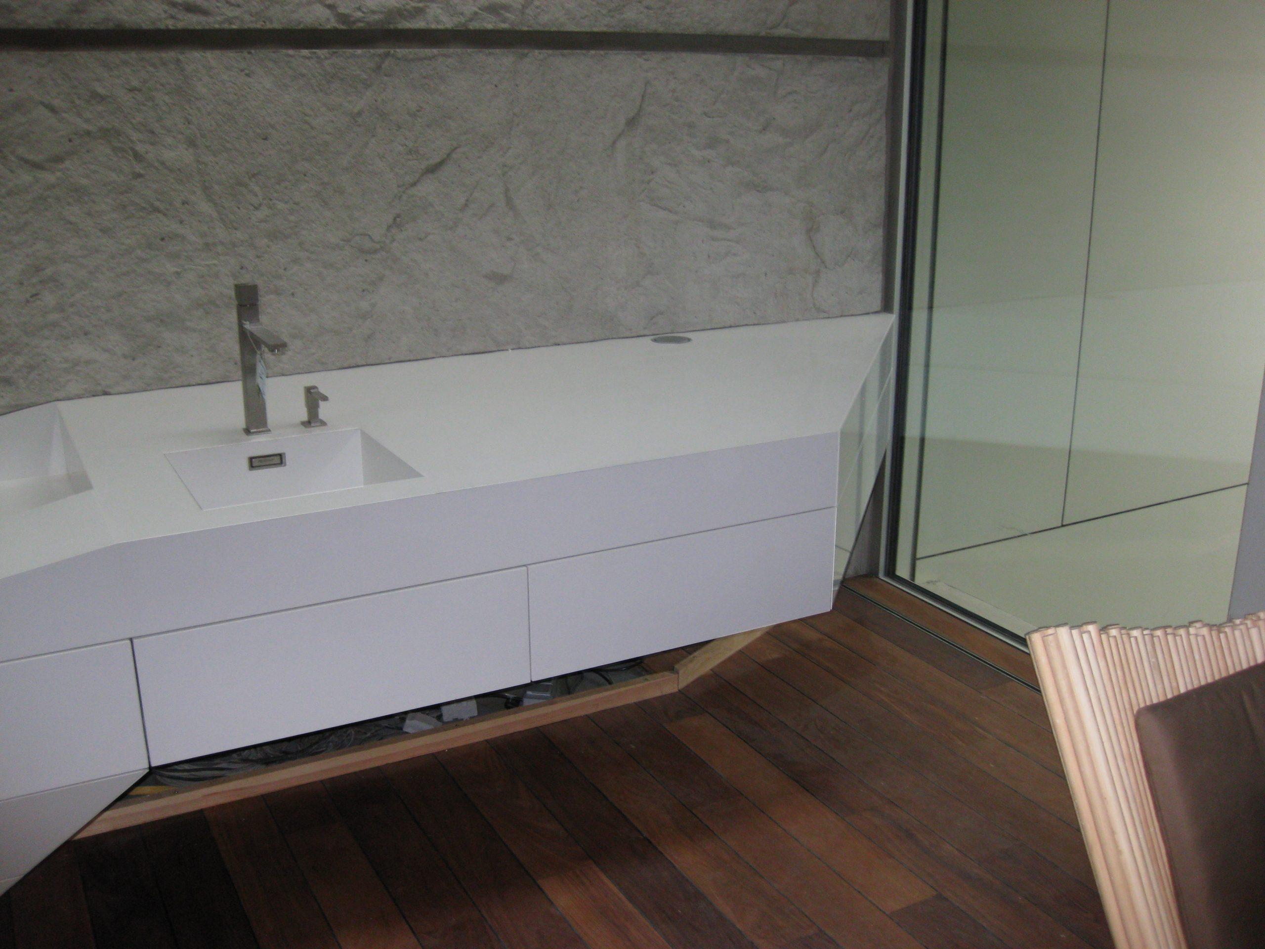kúpeľňový doska s umývadlom z bieleho kameňa
