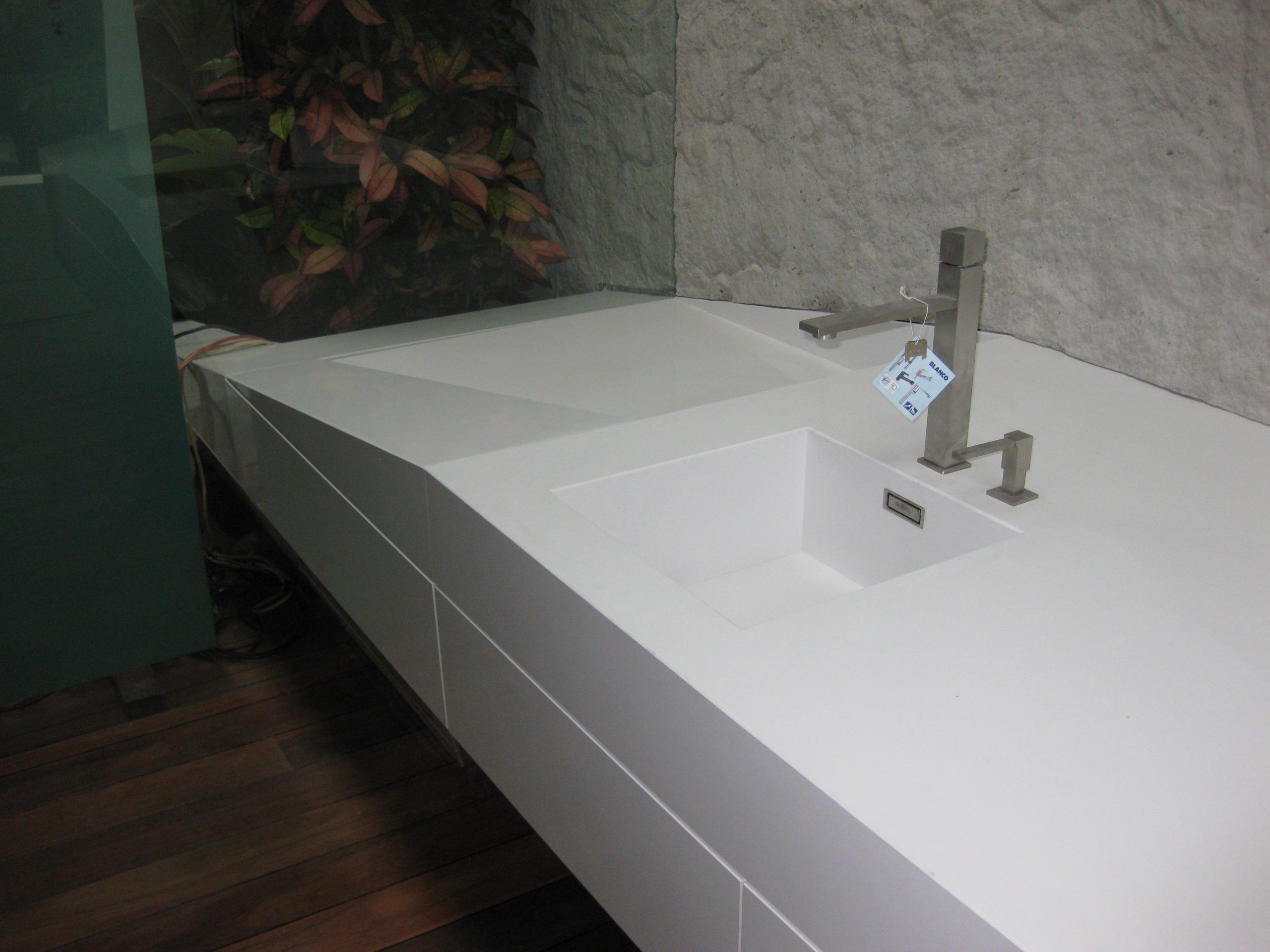 kúpeľňový doska s umývadlom z kameňa biela
