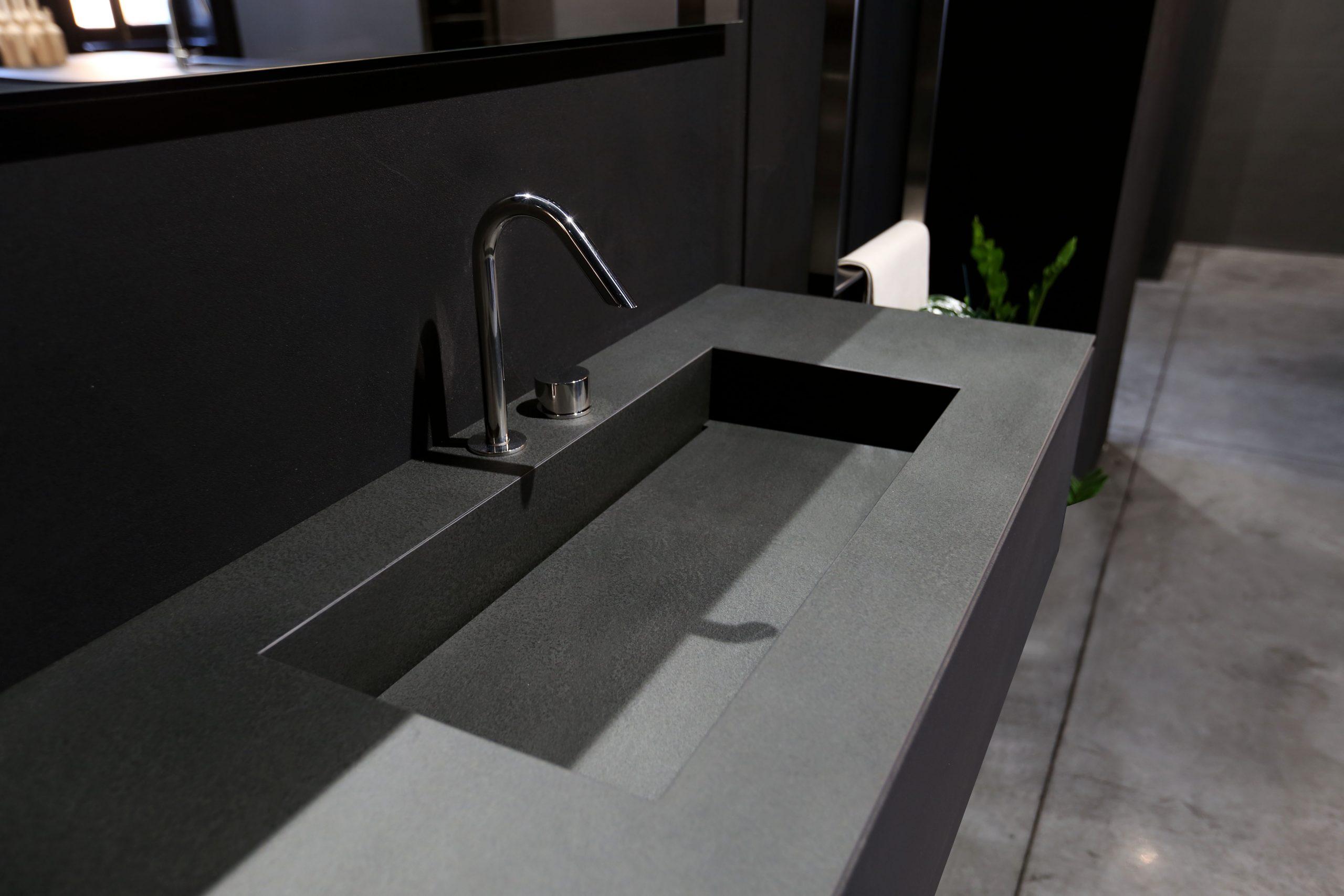kúpeľňový doska s umývadlom z kameňa sivá