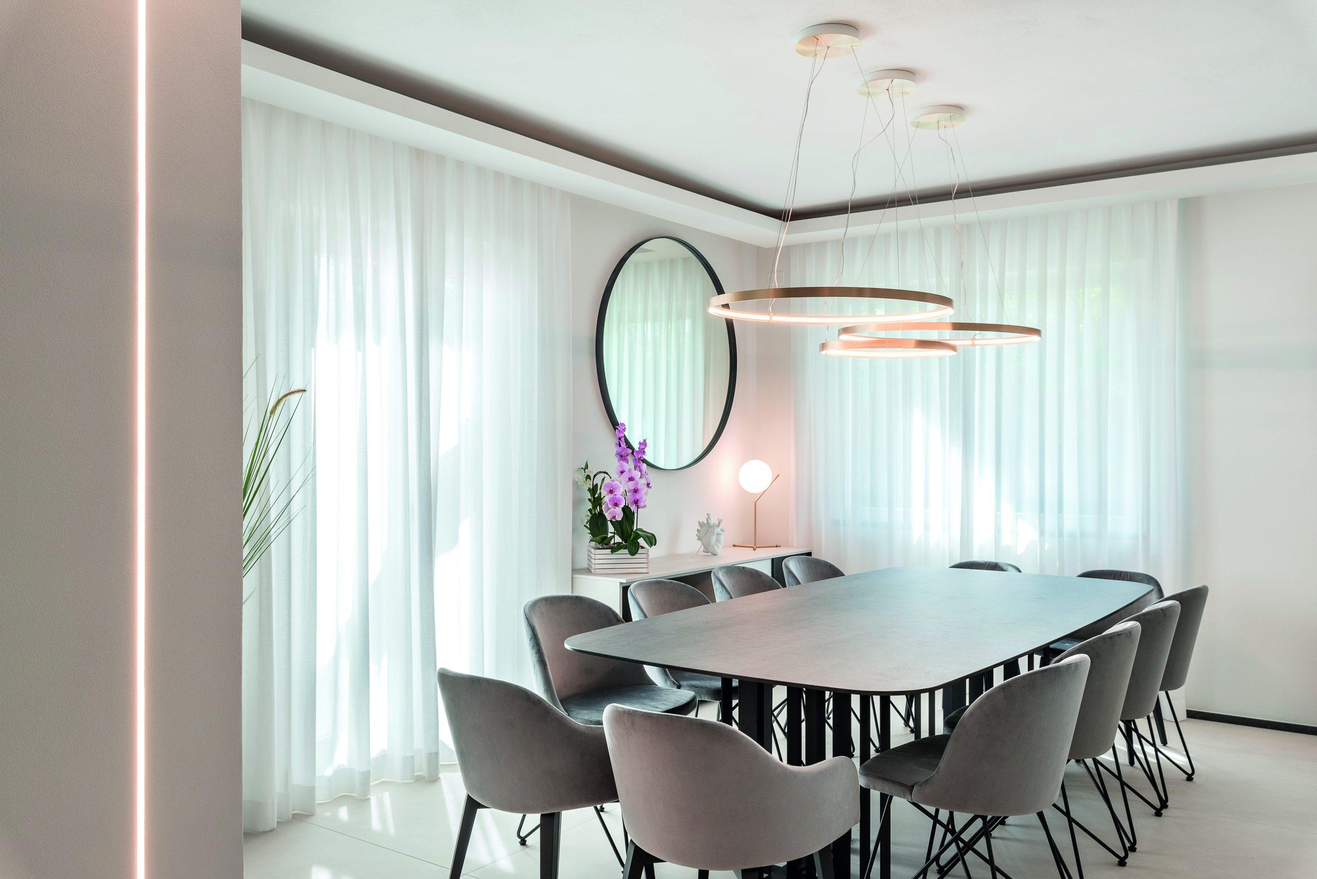 luxusný kamenný stôl