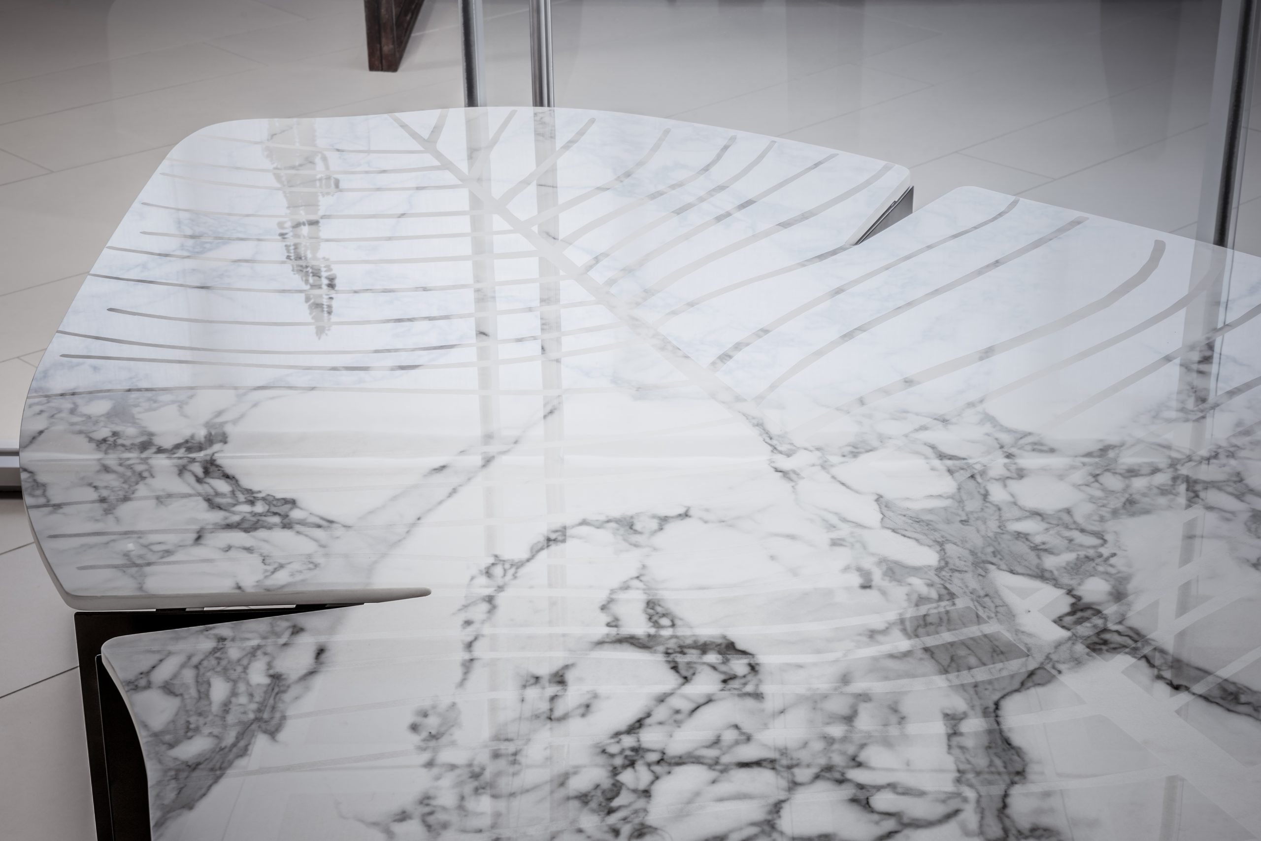 tvarovaný kamenný stôl