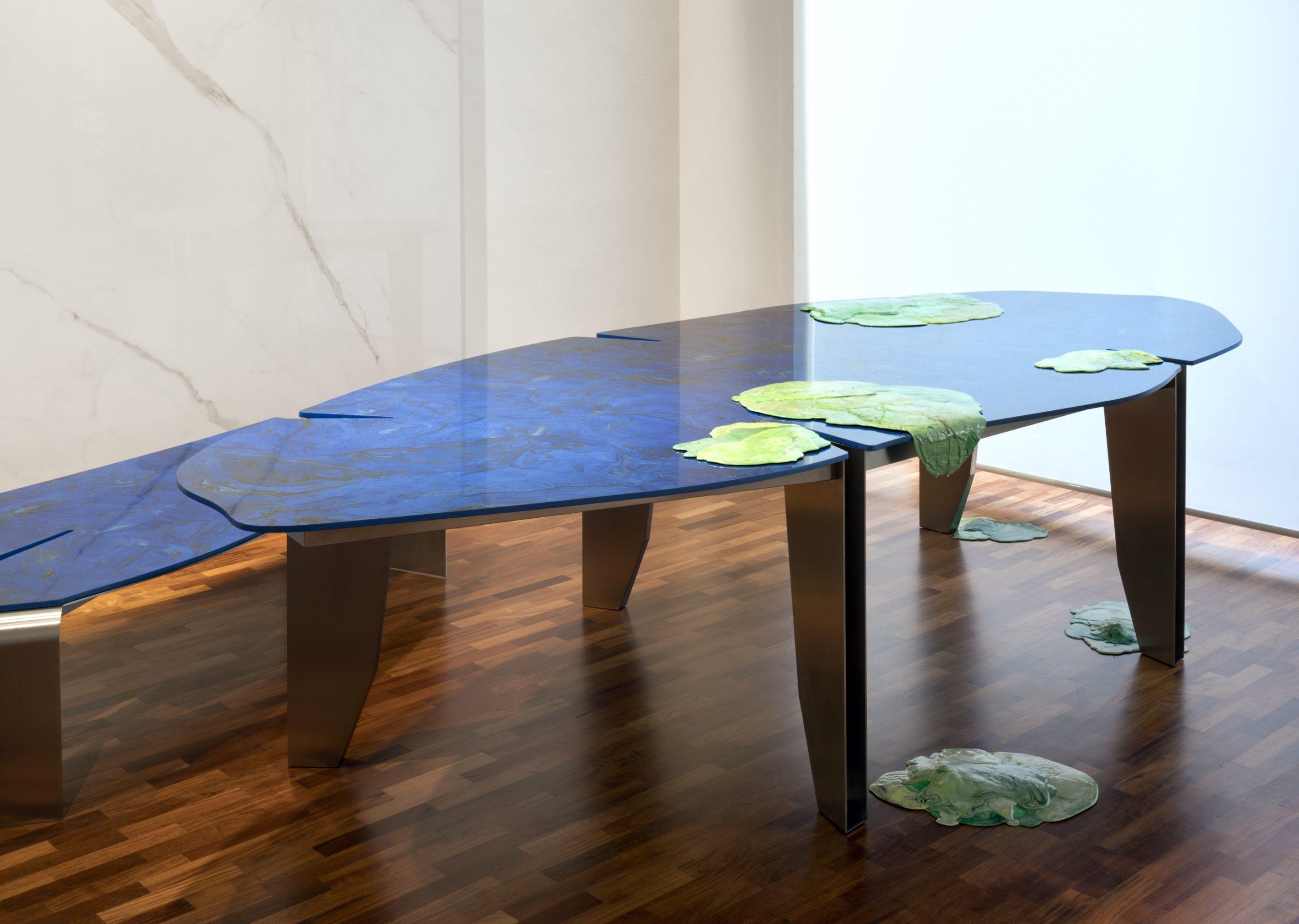 modrý kamenný stôl