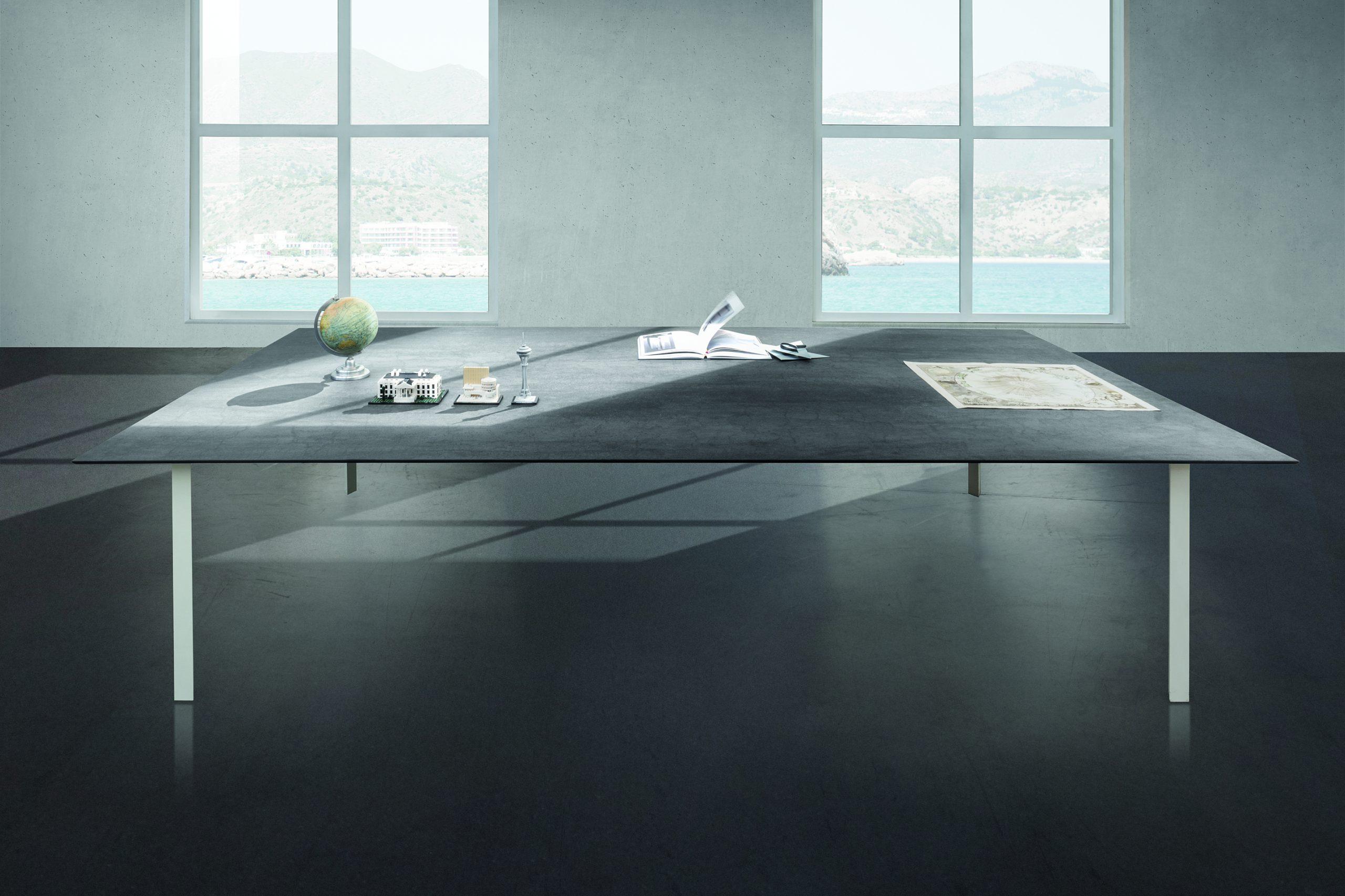 kamenný stôl sivý