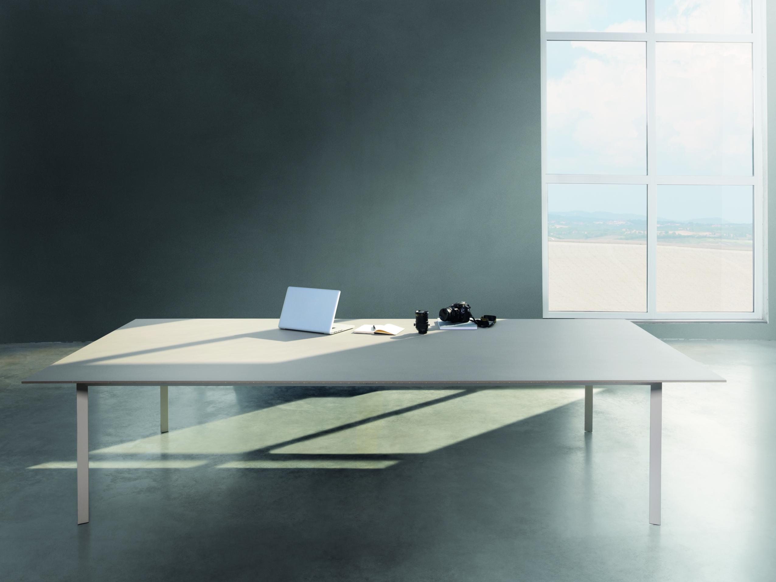 biely stôl z kameňa