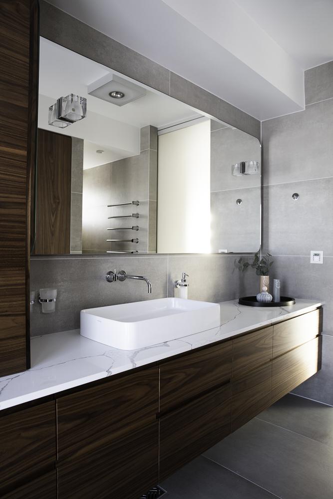kúpeľňová doska biely kameň s kresbou