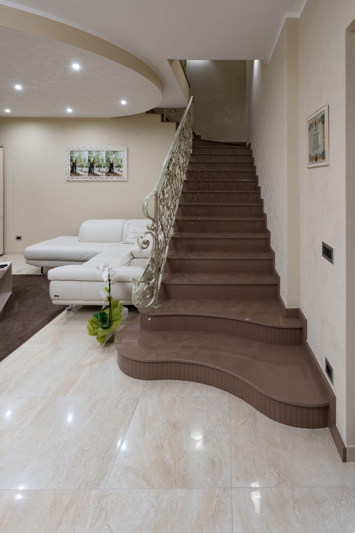 hnedé kamenné schody