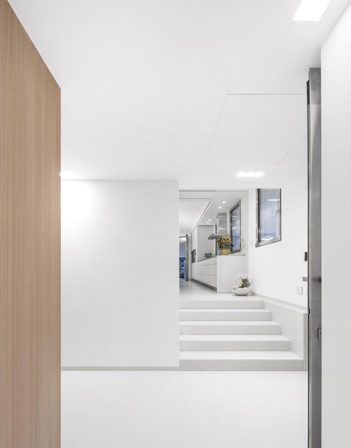biele kamenné schody