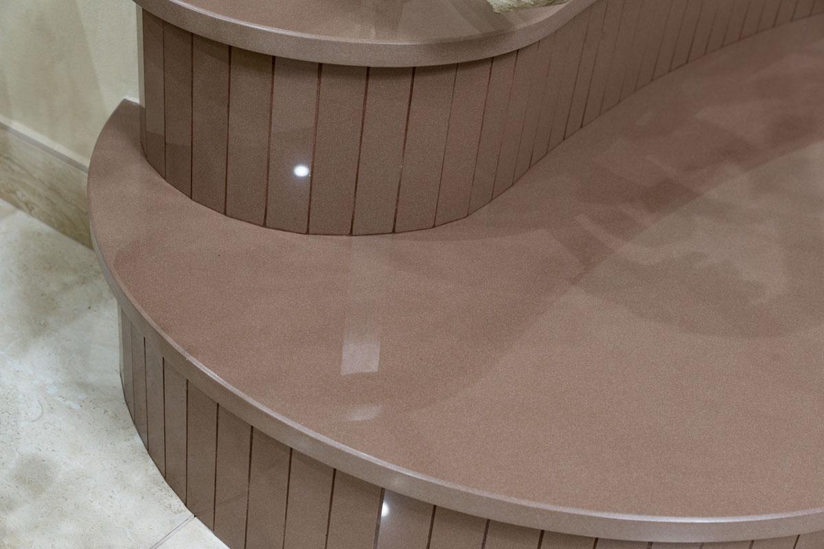 kamenné schodisko hnedé