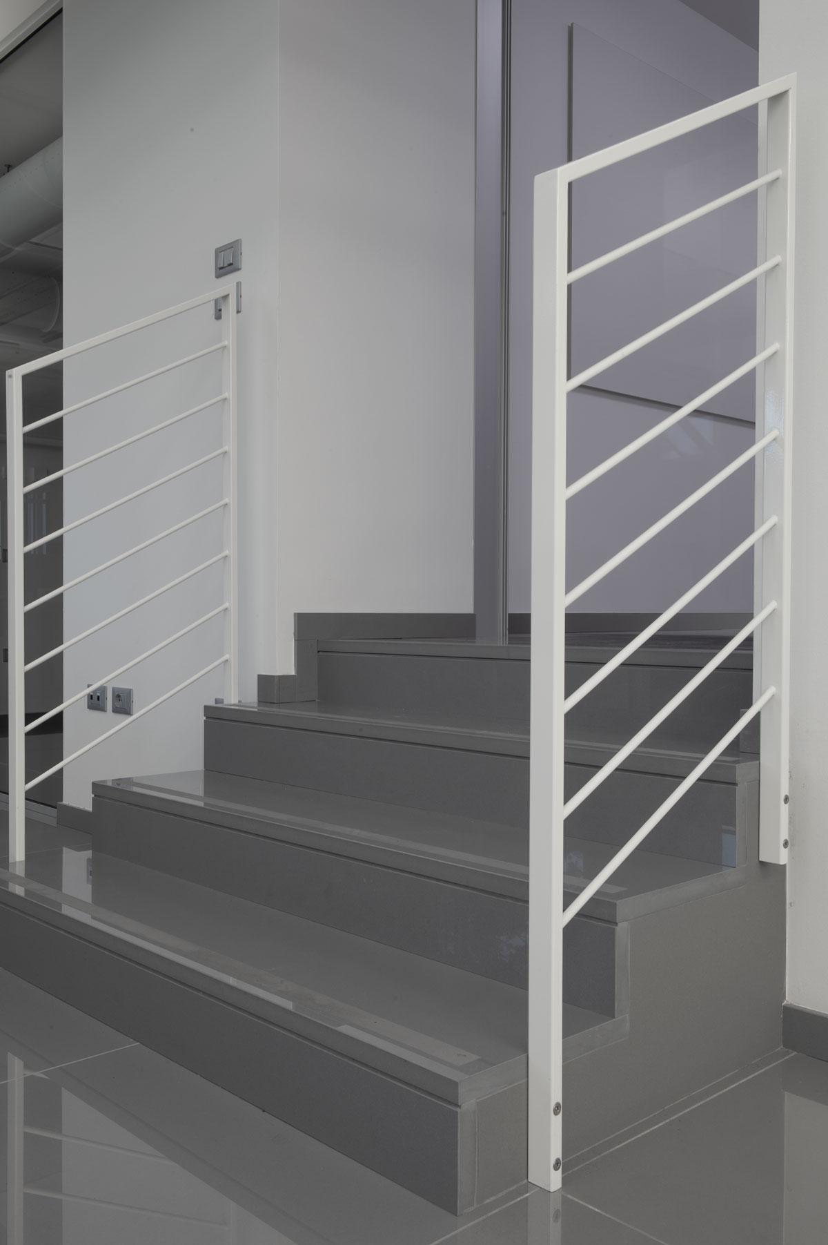 sivý kamenný obklad schodov