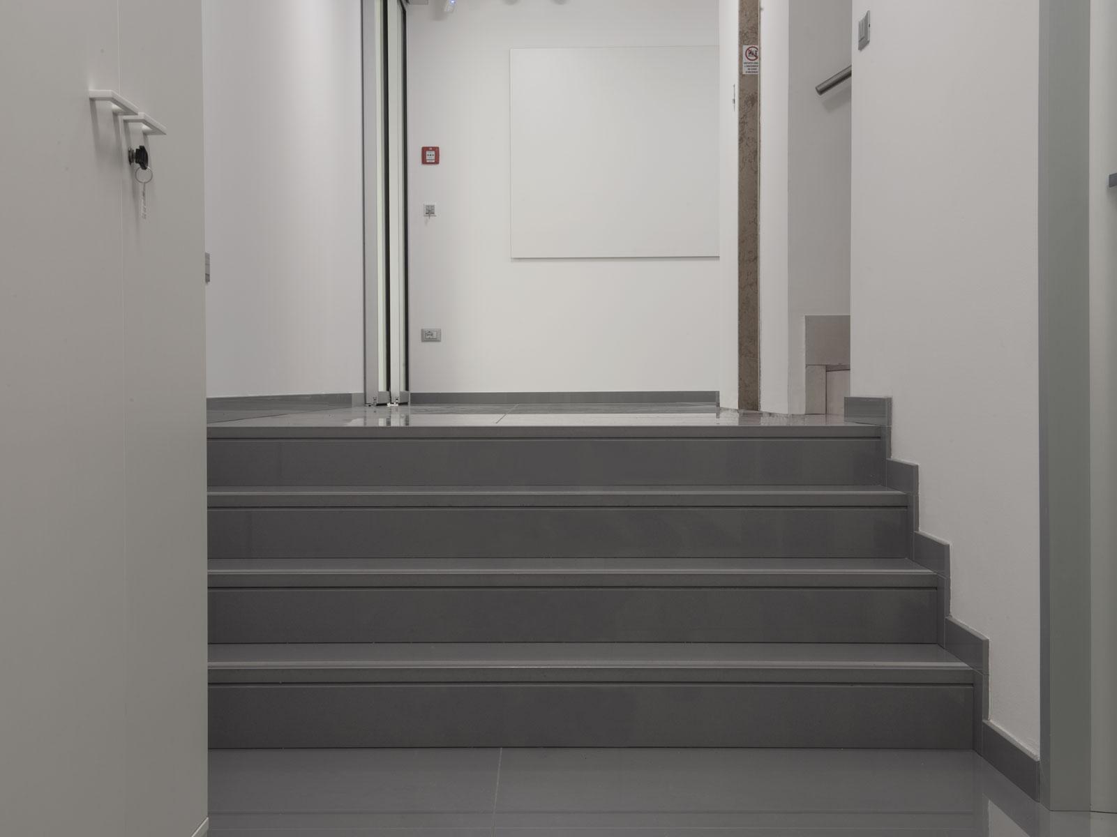 schody z kameňa sivé