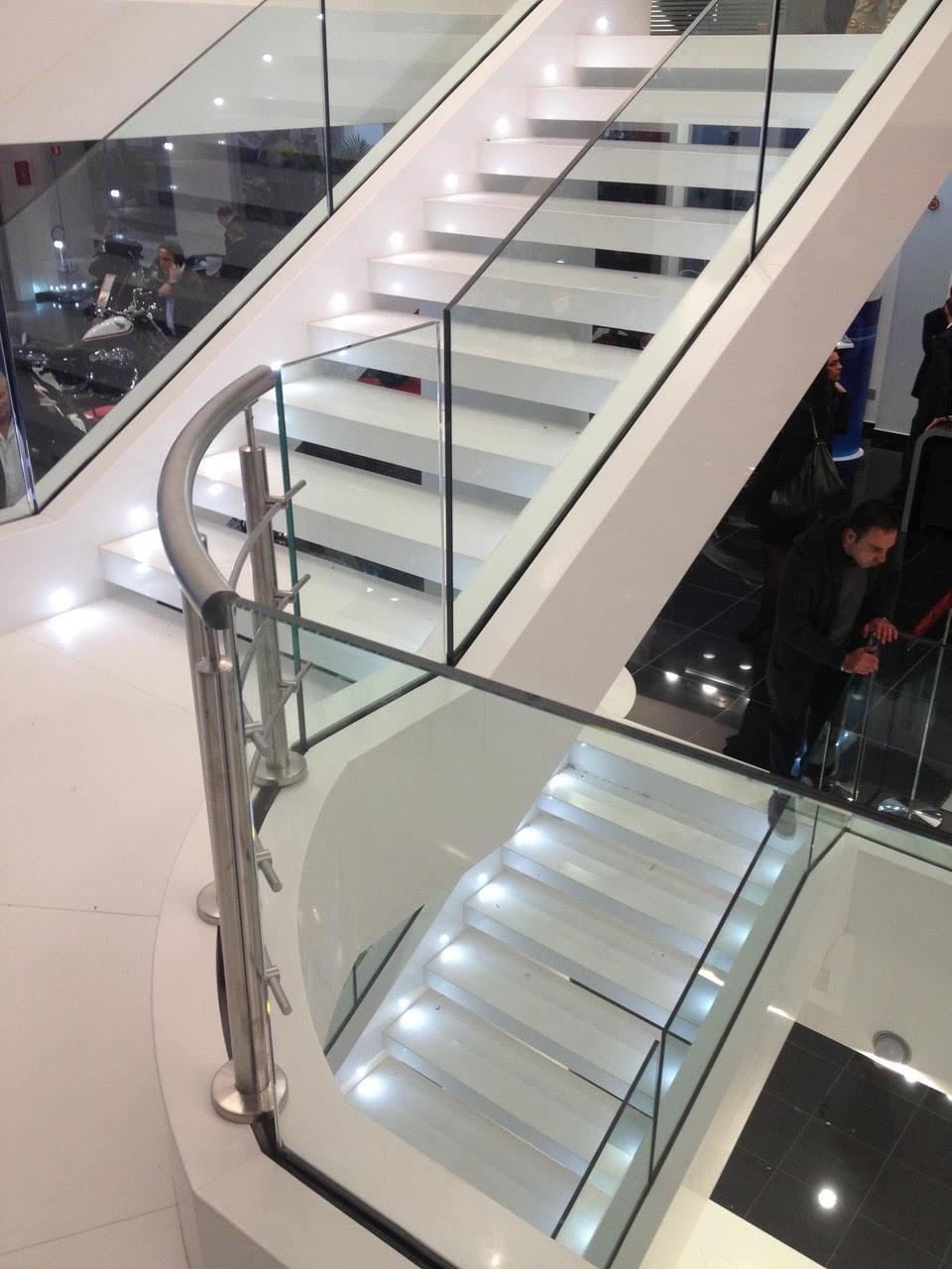 biely obklad schodov kameň