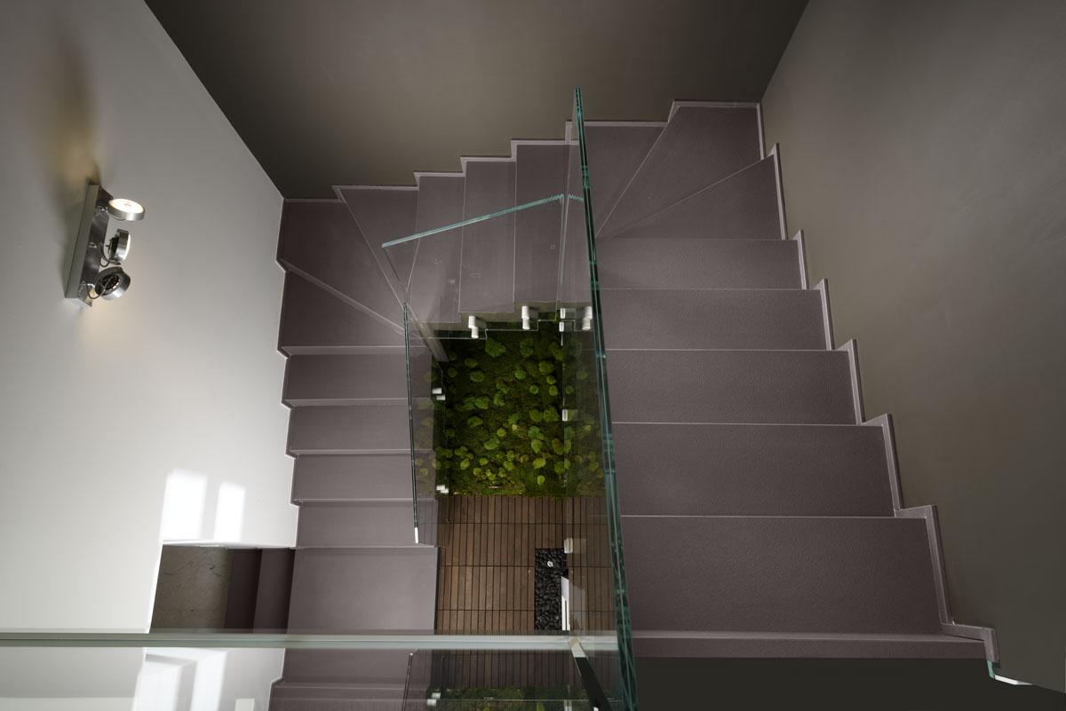 sivé interiérové schody z kameňa