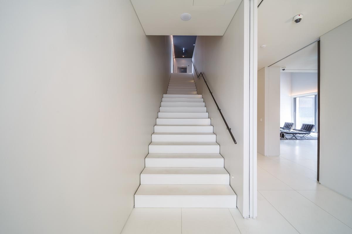 schody z kameňa interiér