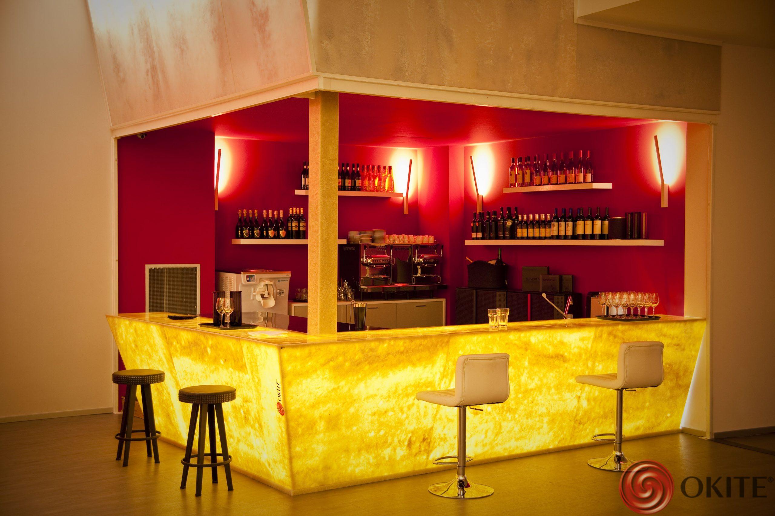 podsvietený kamenný barový pult