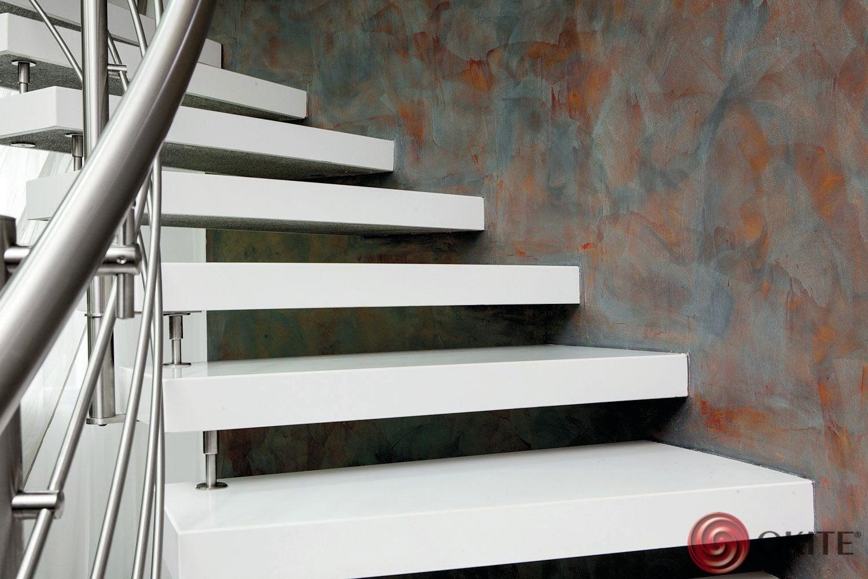 biele schody z kameňa v interiéri