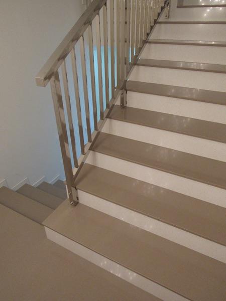 bledé kamenné schody