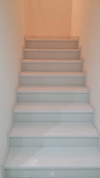 biele schodisko z kameňa