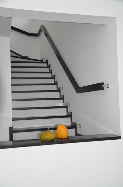 obklad schodov biely a čierny kameň
