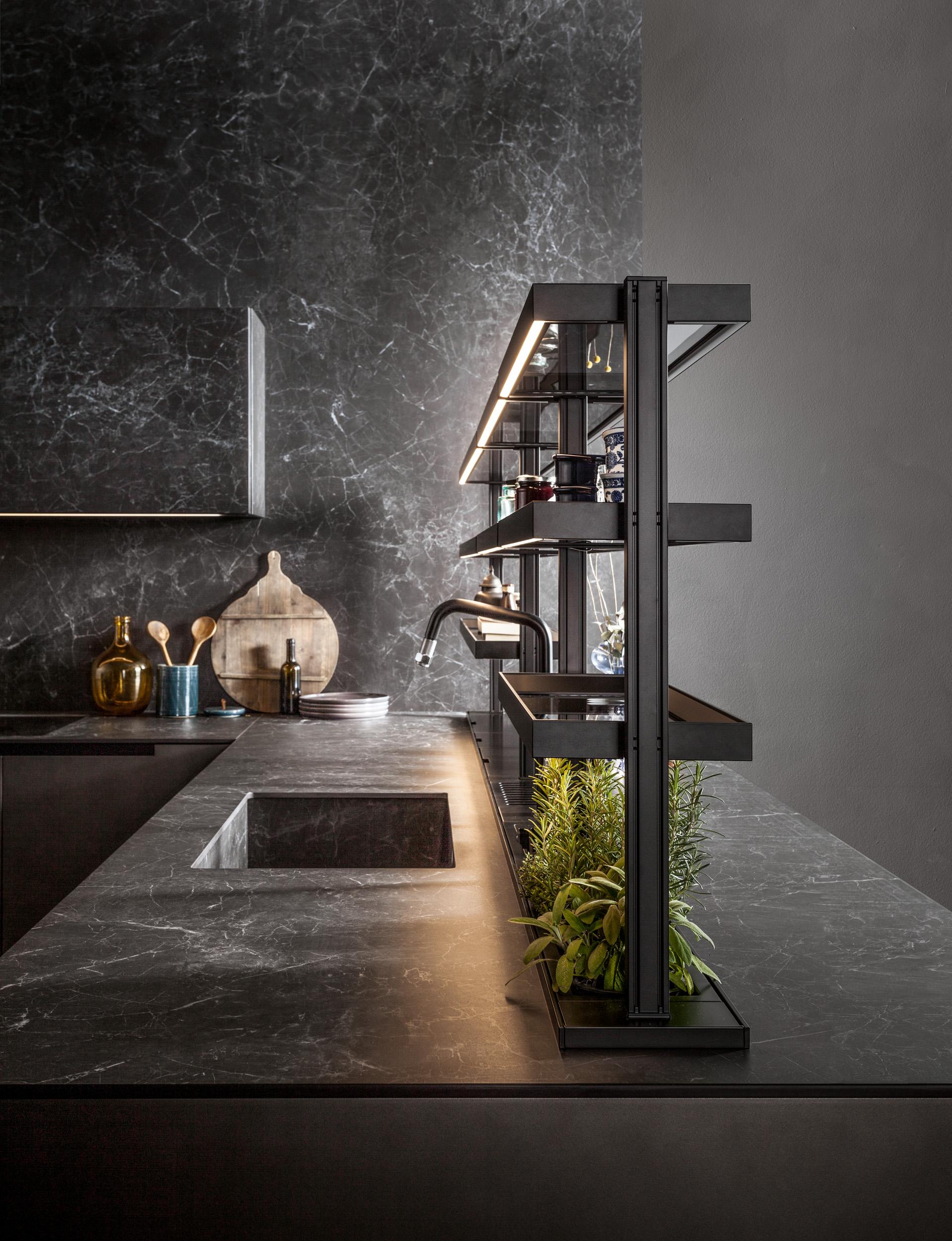 Kamenná kuchynská doska vo farbe čierneho mramoru.