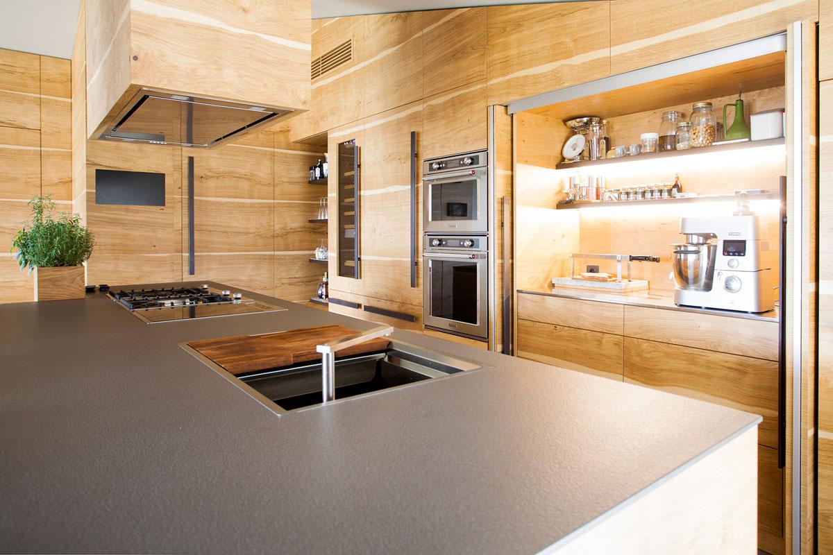ostrov v kuchyni zo sivej keramiky