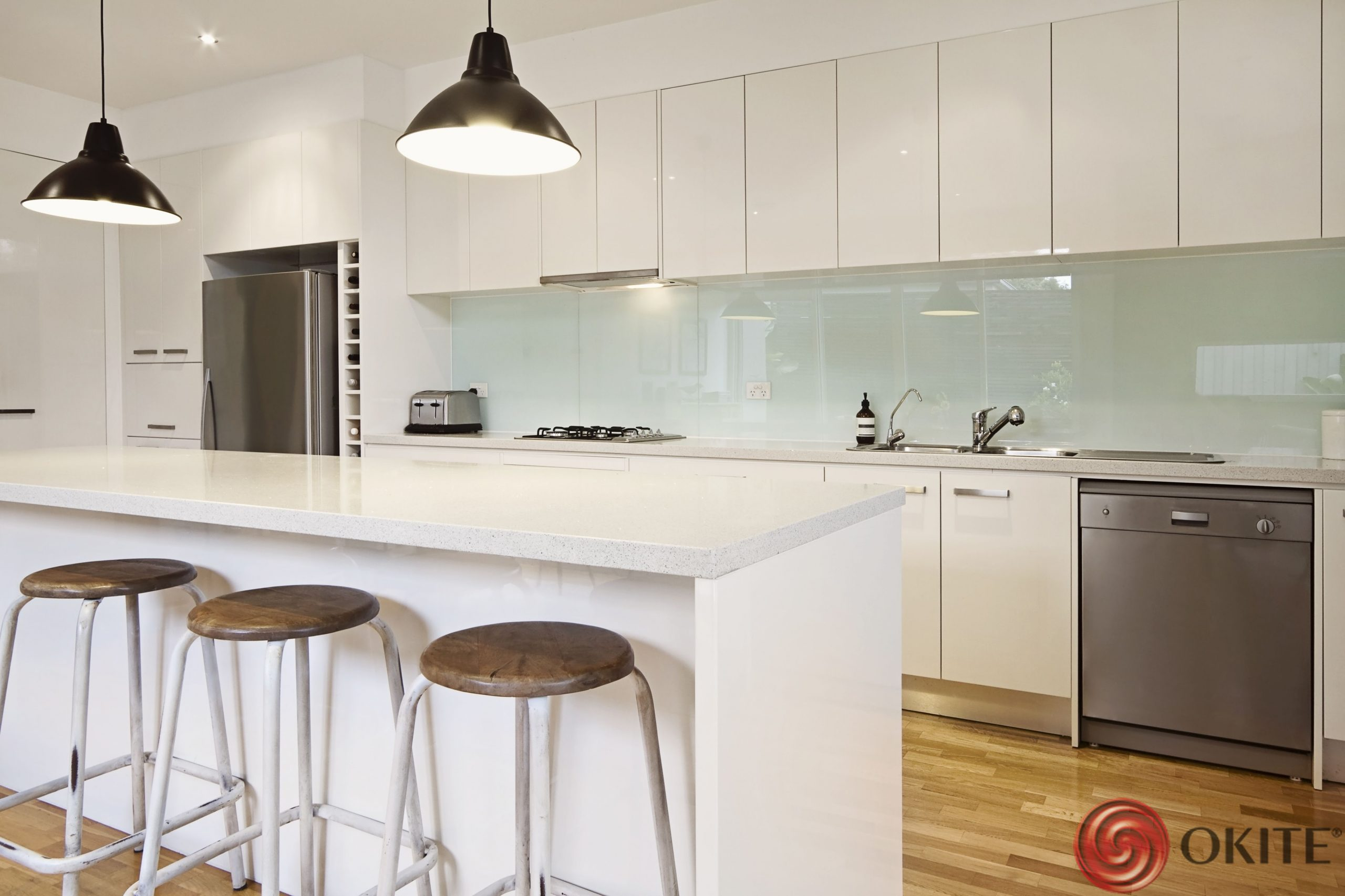 pracovná doska v kuchyni biely technický kameň