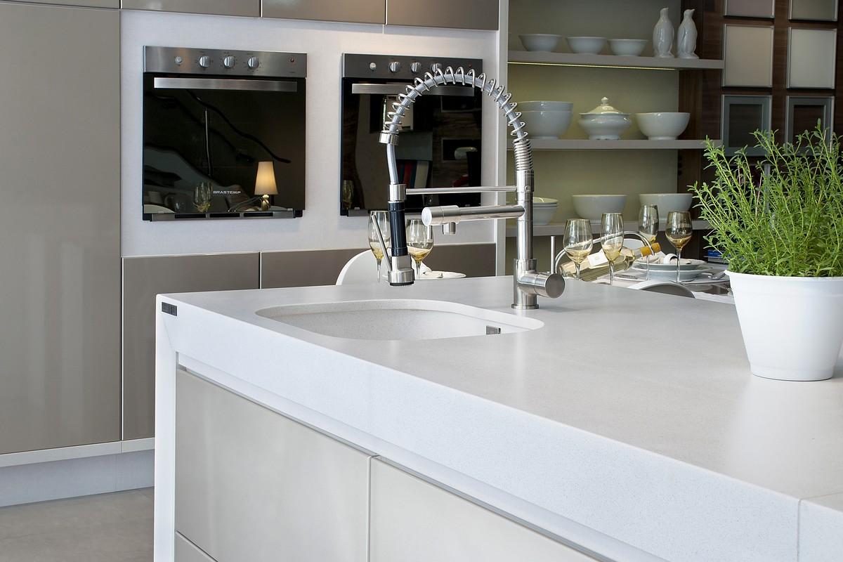 biela kuchyňa s drezom Silestone