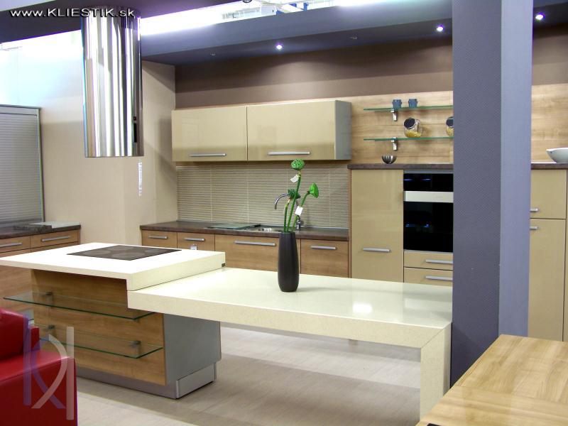 kuchynské pracovné dosky. Kombinácia bledej a tmavej farby