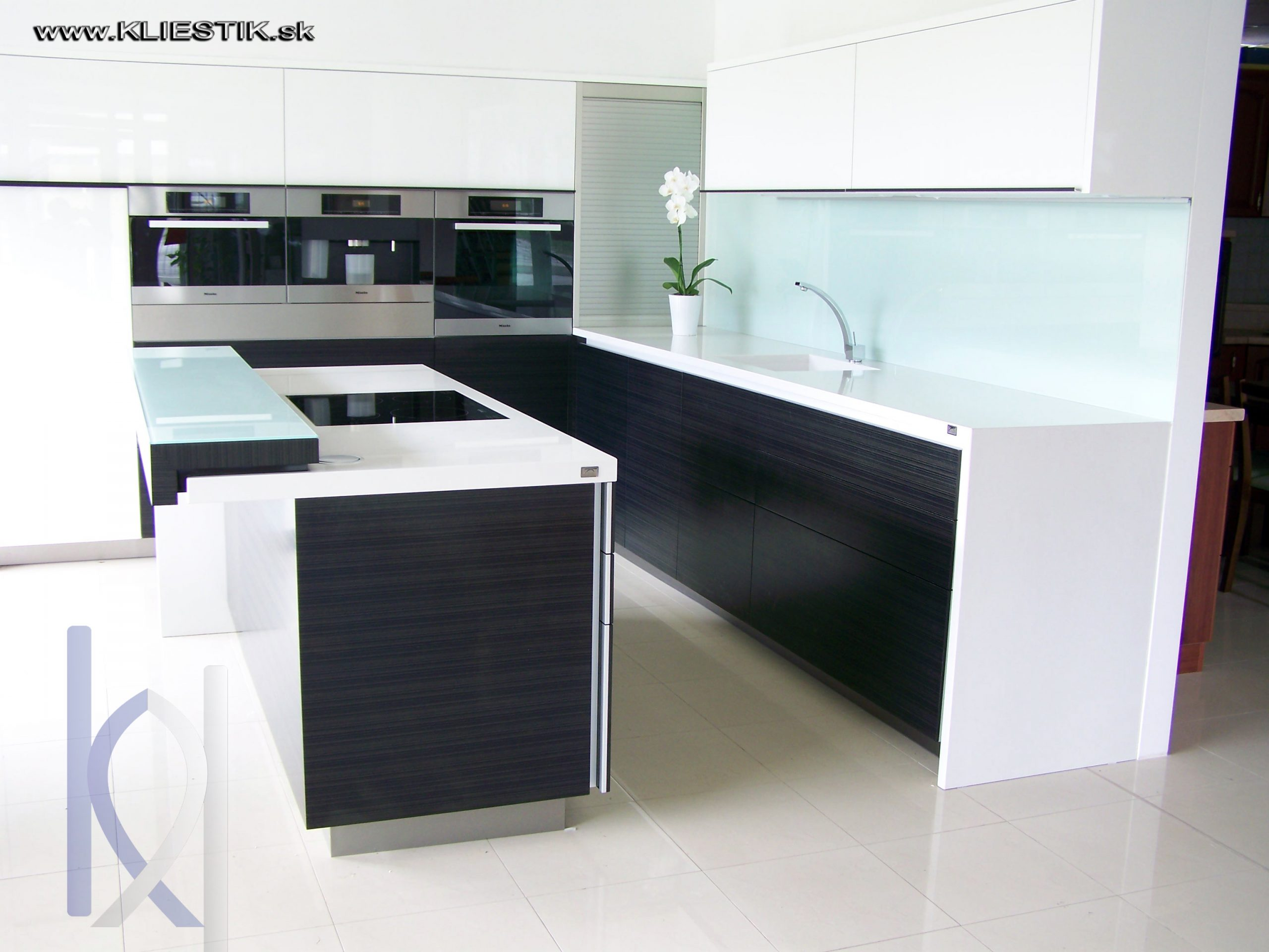 kuchynské pracovné dosky kombinácia bielej a čiernej