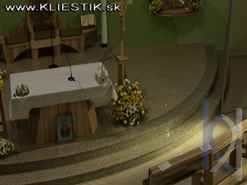 schodisko v kostole z kameňa