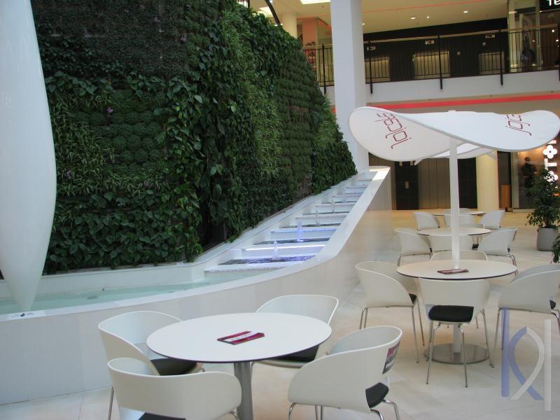 biely kameň v interiéri obchodného centra