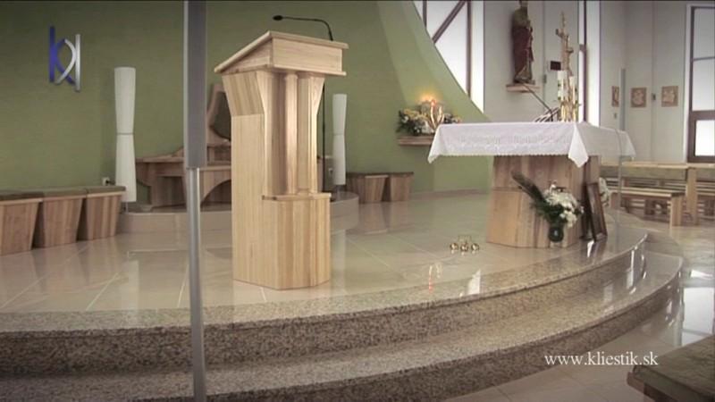 schody v kostole z bledého kameňa