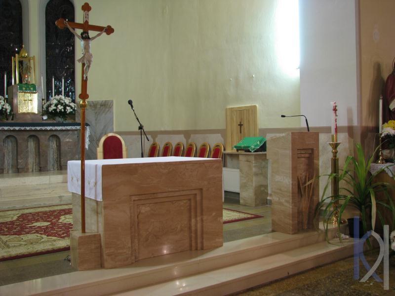 kamenný oltár a ambóna