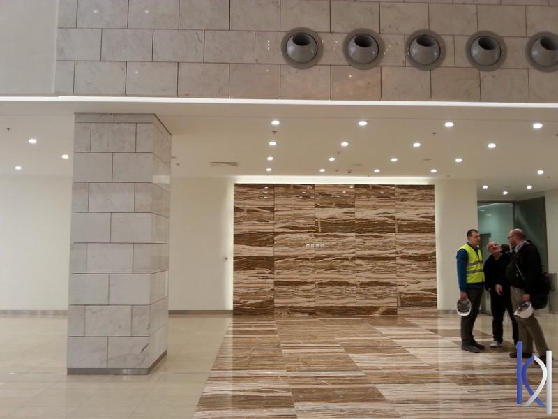 interiér obchodného centra z kameňa