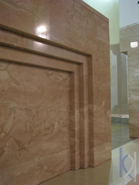 detail kamenného oltáru