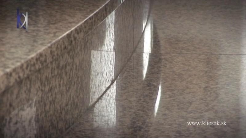 detail kamenných schodov v kostole