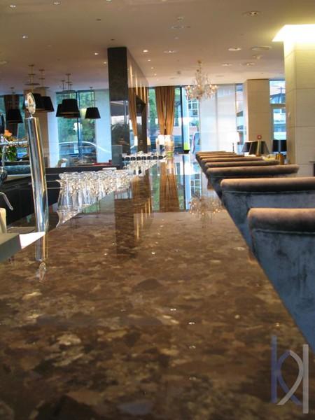 žulový bar v hoteli