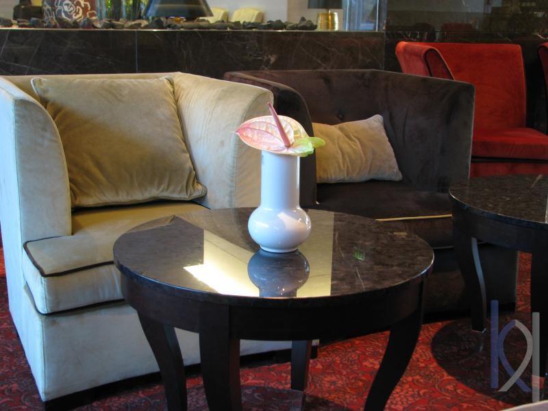 kamenný stolík v hoteli