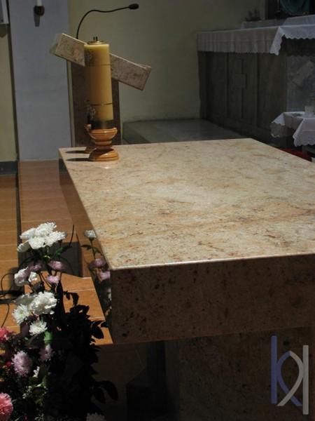 bledý kamenný oltár
