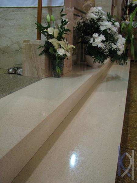 bledé kamenné schody v kostole